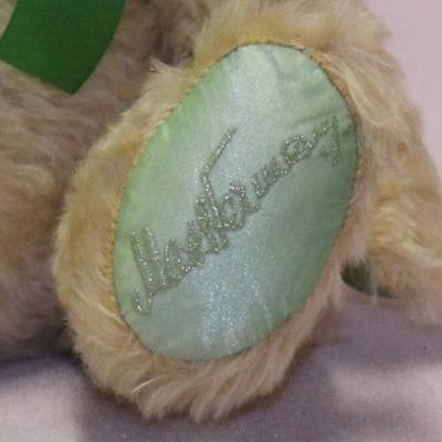 Der Bär im grünen Dreieck (Mohairfarbe blond) 34 cm Teddy Bear