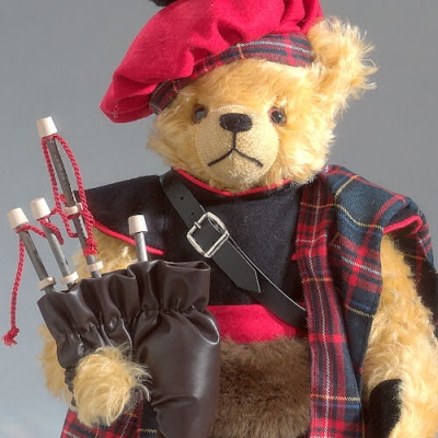 Bagpiper - Dudelsackspieler Teddy Bear by Hermann-Coburg