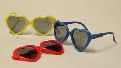 Herz Sonnenbrille, drei Farben Rot, gelb, blau