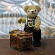 Bayerischer Herzbub mit alt-bayerischem Miniatur Hackbrett Teddybär von Hermann-Coburg
