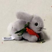 """Mohair Miniatur Hoppel-Hase """"Hansi"""" mit kleiner Mohrrübe 9 cm Teddybär von Hermann-Coburg"""