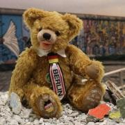 30 Jahre Fall der der Berliner Mauer 1989 - 2019 34 cm Teddy Bear by Hermann-Coburg