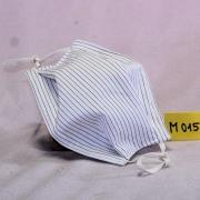 Wiederverwendbare Mund- und Nasen-Behelfsmaske weiß mit schmalen blauen Streifen aus doppellagigem Baumwollstoff