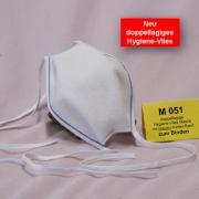 Wiederverwendbare Mund- und Nasen-Behelfsmaske Modell (Alltagsmaske) mit doppellagige Hygiene Vlies weiß,mit blauem Kettel-Randzum Binden am Hinterkopf und Nacken